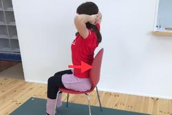 丸い背中を解消!デスクワークの合間にできる姿勢改善ストレッチ
