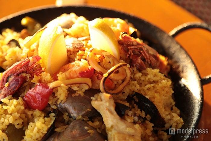 「炊き込みご飯スペイン風」(2人前)5148円/見た目はパエリアだが炊き込んで作る手法の為、ご飯がふわふわで味もしっかり染み込んでいる