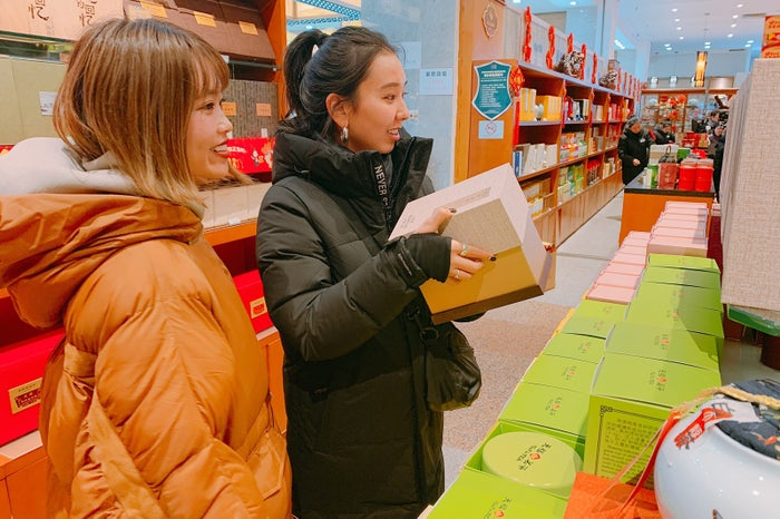 「手持ちの現金が足りない!」なんてこともなく、ストレスフリーでお土産を買えるのが「UnionPay(銀聯)カード」のよさ(提供写真)