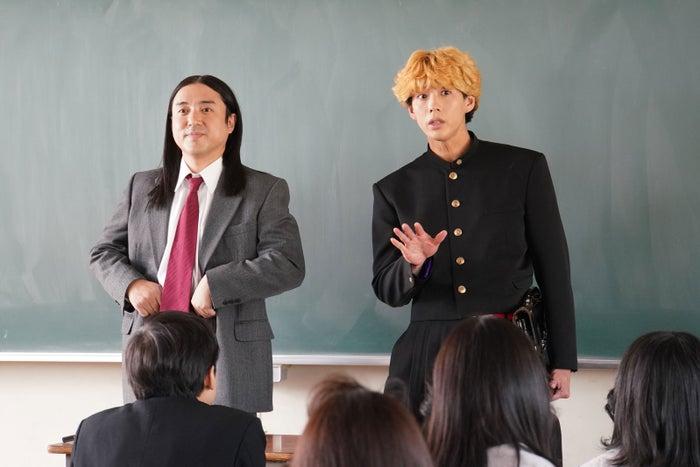 ムロツヨシ・賀来賢人/「今日から俺は!!」第1話より(C)日本テレビ