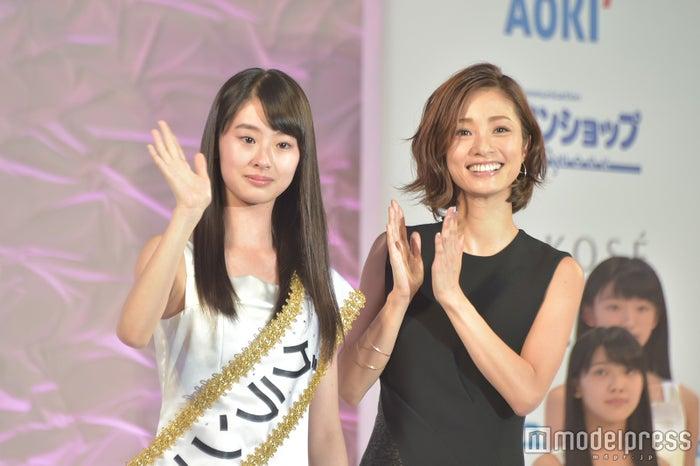「第15回全日本国民的美少女コンテスト」グランプリは京都府の13歳(左から)井本彩花さん、上戸彩 (C)モデルプレス<br>