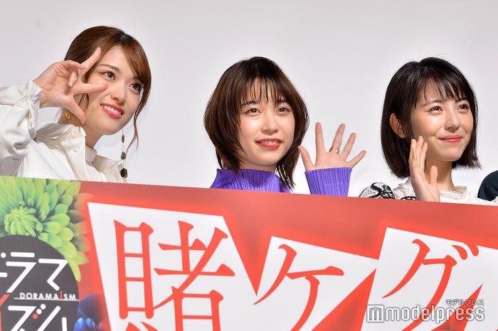 (左から)松村沙友理、森川葵、浜辺美波(C)モデルプレス