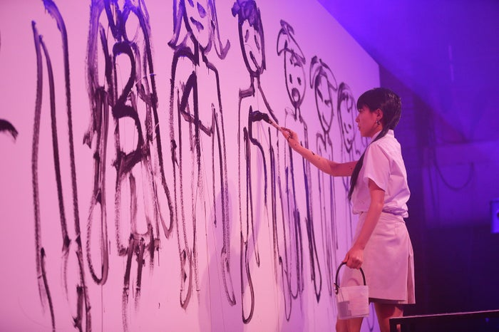 絵を書き始める百花(画像提供:よしもとクリエイティブ・エージェンシー)