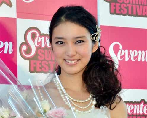 武井咲、純白ミニドレスで卒業式「本当に今日はいい日」