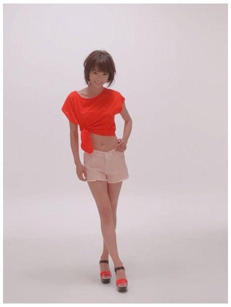 おへそをだした美くびれ&美脚際立つ写真を公開した釈由美子/釈由美子オフィシャルブログ(Ameba)より