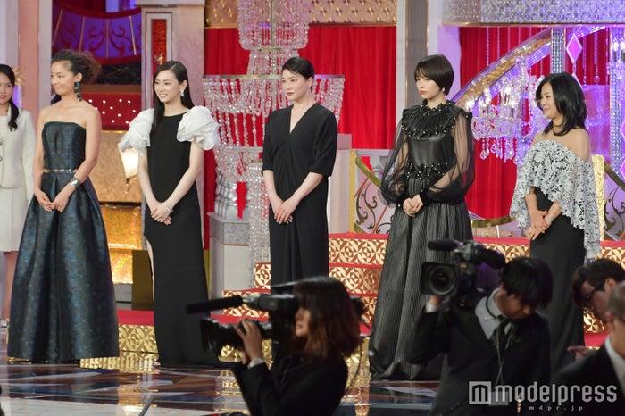 (左から)尾野真千子、北川景子、夏川結衣、広瀬すず、薬師丸ひろ子(C)モデルプレス
