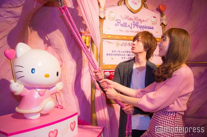 ハローキティの幸せの鐘/モデル:かえで、笹森裕貴(C)モデルプレス