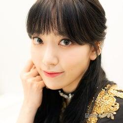 IZ*ONE宮脇咲良、Mステ本番前を直撃 最新曲で黒髪ロングに、AKB48メンバーとは話した?<インタビュー>