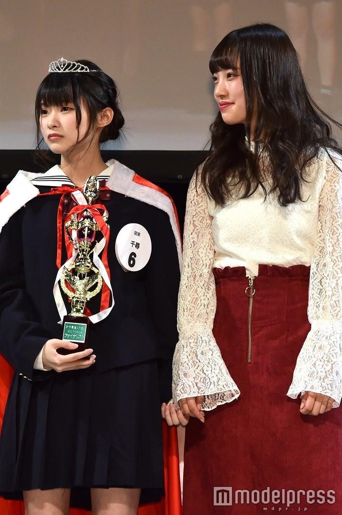 緊張のあまりアンバサダー・みなみの手を握る関東エリアグランプリ・千尋さん (C)モデルプレス
