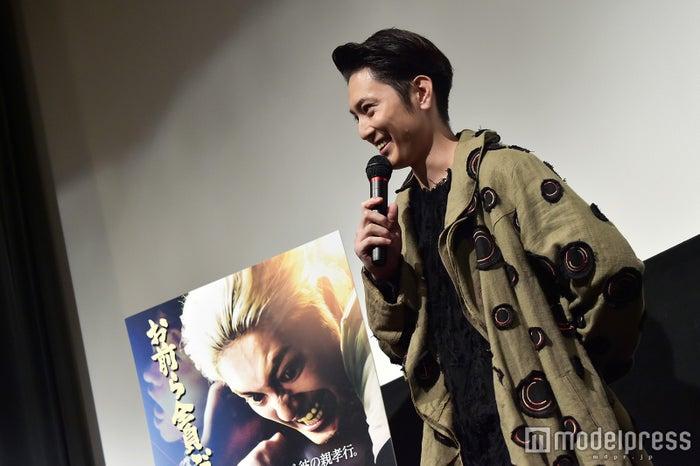 """劇中では""""連続殺人犯""""だが、舞台挨拶では和やかな笑顔を見せる間宮祥太朗 (C)モデルプレス"""