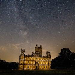 『ダウントン・アビー』ハイクレア城に泊まって夢のひと時を!大広間での晩餐会にお付きの執事まで