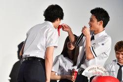 中田圭祐(右)、山田裕貴(左)にケーキをあーん(C)モデルプレス
