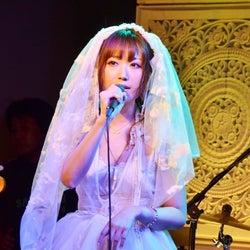 菅野結以、ミニワンピでサプライズライブ披露「実はバンドやってました」