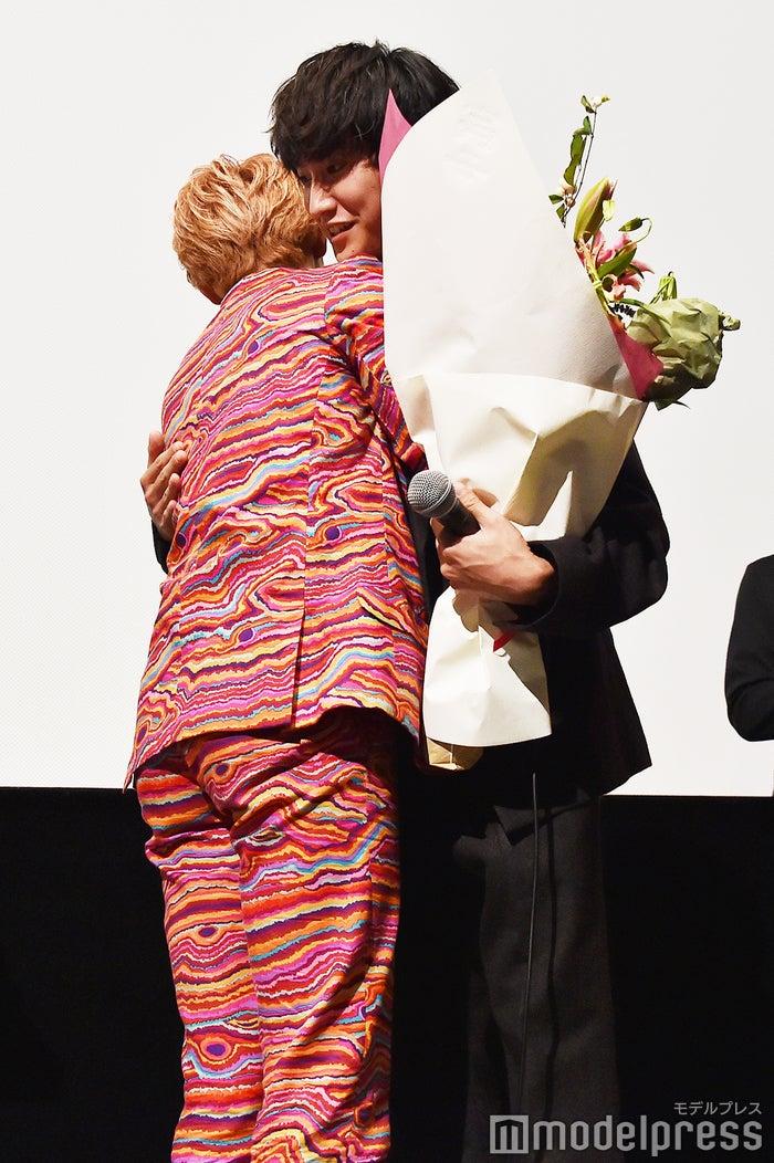 金子大地に花束を渡しハグをするユーキ (C)モデルプレス