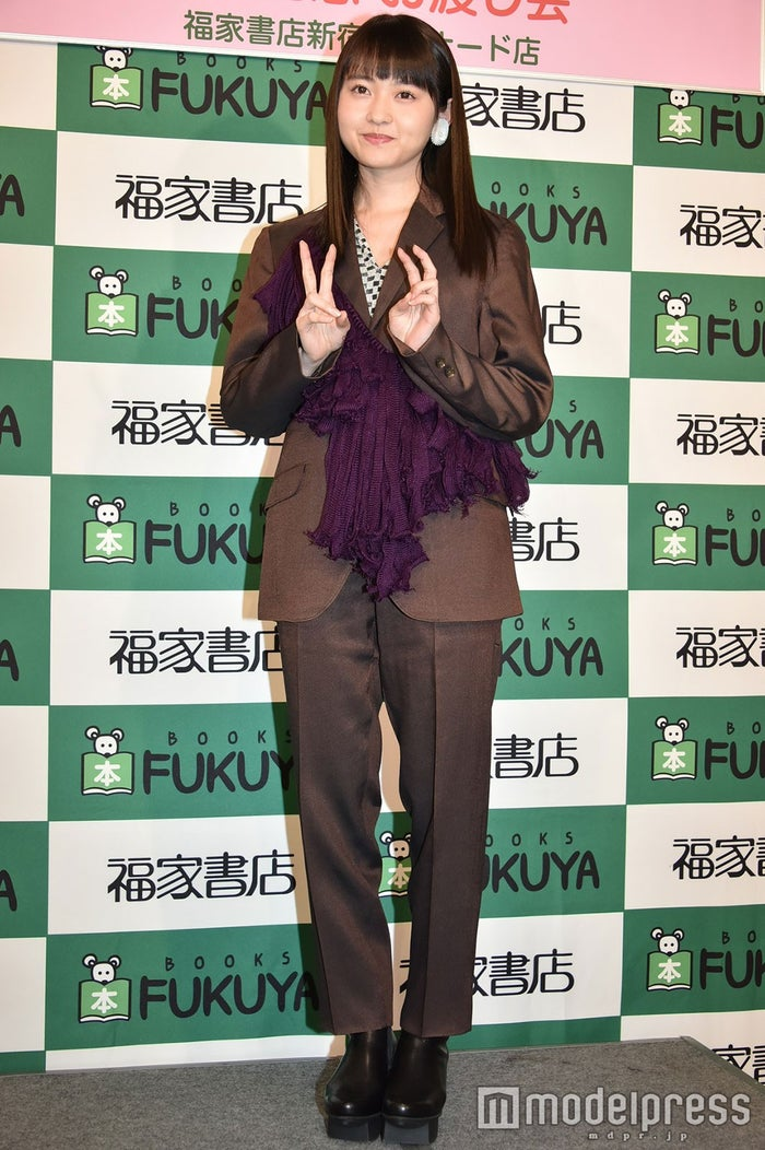 スーツの伊藤万理華