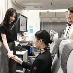 広瀬すず&坂口健太郎ら、航空会社の訓練施設でCA&パイロット体験<エアガール>