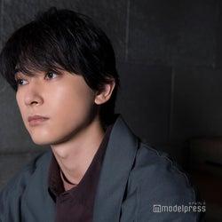 """吉沢亮、深夜のコンビニバイトが「僕には合ってそう」 12役披露のカレンダーの""""コアな楽しみ方""""を提案"""
