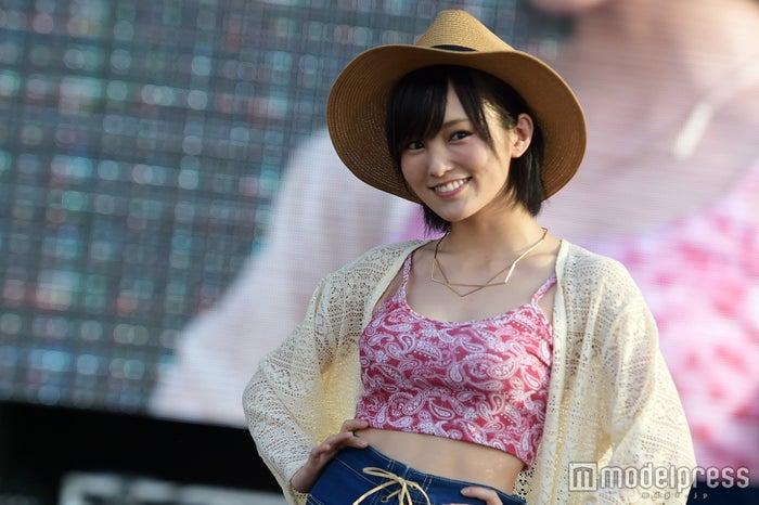 NMB48山本彩、美バスト&くびれ魅せ 圧巻美ボディが沖縄に輝く(C)モデルプレス