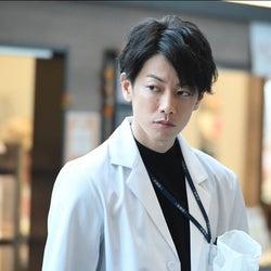 佐藤健、ドSドクターぶりに胸キュンする視聴者続出「ハマリそう」「イケメンすぎる」<恋はつづくよどこまでも>