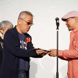 井筒和幸監督、芳田マサヒロ(提供画像)