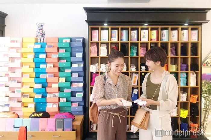 モデル:(右から)石田一帆、井村亜里香(C)モデルプレス