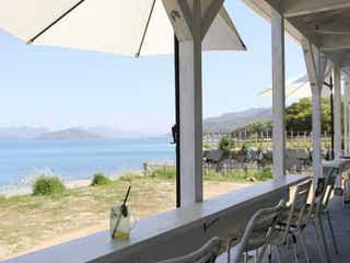 まるで海外のリゾート!知る人ぞ知る海辺の絶景カフェに潜入