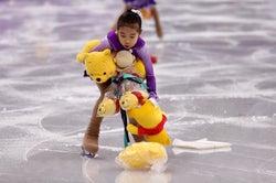 プーさん拾いに大忙しのフラワガール(Photo by Getty Images)