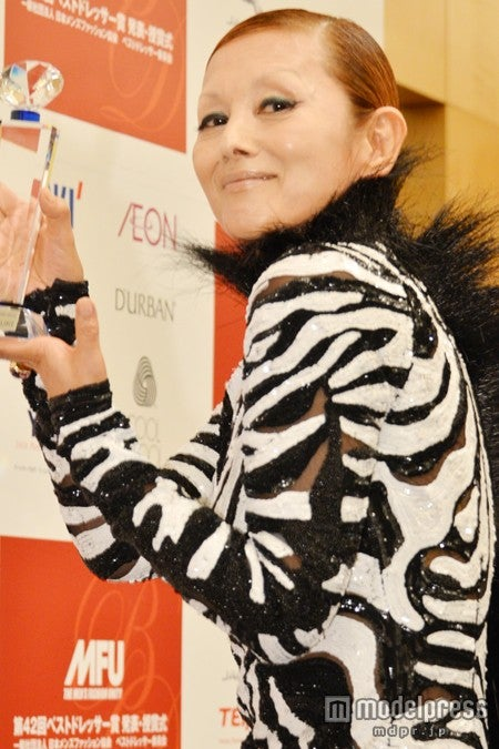 「第42回ベストドレッサー賞」の芸能部門で受賞した、夏木マリ