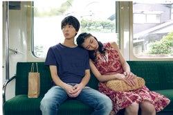 高杉真宙、注目の女優・安田聖愛とのデートシーン公開 苦悩する姿も<笑顔の向こうに>
