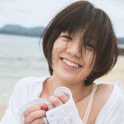 モデルプレス - 佐藤美希、すっぴん披露 美腹筋×ふっくらバストの水着ショットも