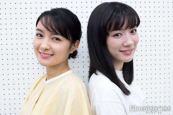 モデルプレスのインタビューに応じた、葵わかなと永野芽郁(C)モデルプレス