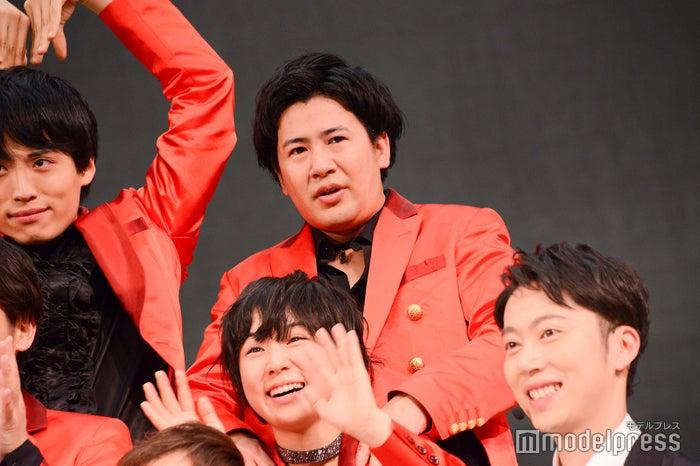 光永の肩をほぐすきょん/吉本坂46「泣かせてくれよ」発売記念イベント(C)モデルプレス