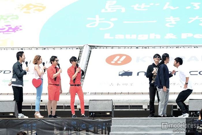 芸人らのとトークで会場を盛り上げる(写真左から2番目)/第7回沖縄国際映画祭「ちゅらイイGIRLS UP!ステージ」にて