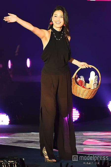 橋本マナミ、初ランウェイ ブラックドレスで妖艶なほほ笑み<GirlsAward 2015 A/W>【モデルプレス】