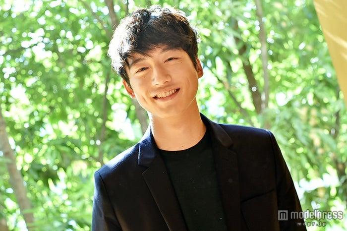 モデルプレスのインタビューに応じた坂口健太郎【モデルプレス】
