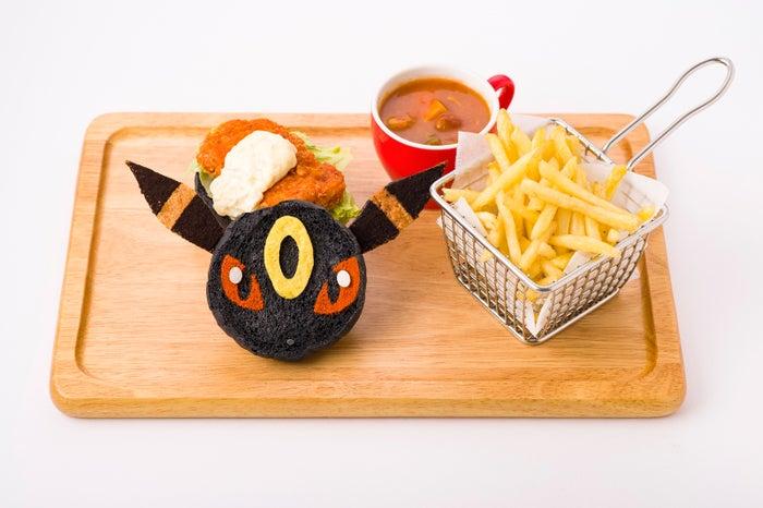 ブラッキーのフライドチキンバーガー 1,598円 (C)2019 Pokemon.(C)1995-2019 Nintendo/Creatures Inc./GAME FREAK inc.ポケットモンスター・ポケモン・Pokemonは任天堂・クリーチャーズ・ゲームフリークの登録商用です。