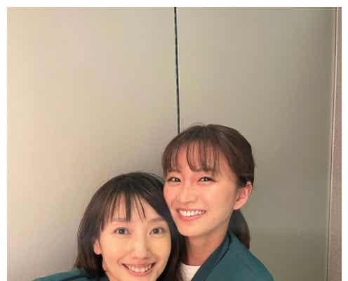 波瑠の30歳バースデー、月9共演・岡崎紗絵が密着ショットで祝福「美女2人」「眼福」の声