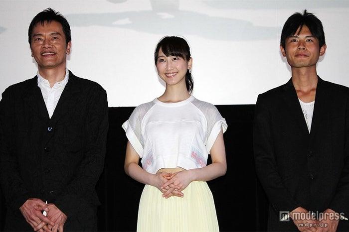 (左より)遠藤憲一、松井玲奈、宮岡太郎監督