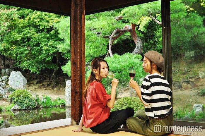 日本庭園を眺めながらいただくワイン。なんだか背筋がスッと伸びるよう(C)モデルプレス