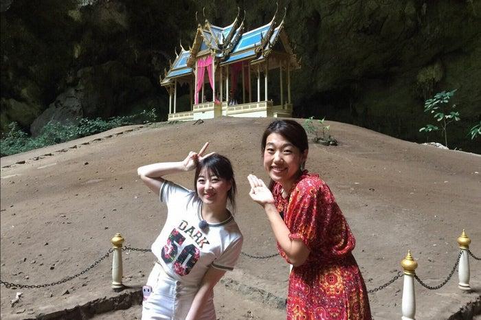 タイのスピリチュアルスポットであるクーハーカルハット宮殿を訪れた(左から)伊豆田莉奈、横澤夏子(C)TBS