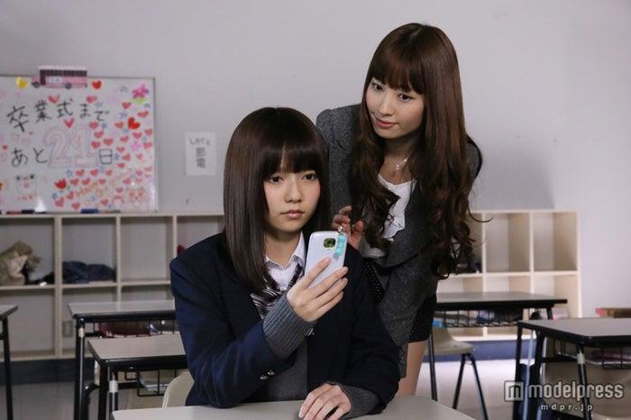スペシャルドラマ「So long!」に出演する(左から)島崎遥香、小嶋陽菜