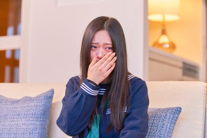 最初の告白後涙を流すあいり(原藍梨)「恋する◆週末ホームステイ 2020春」(C)ABEMA