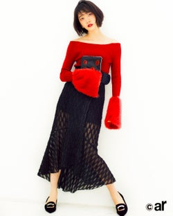 乃木坂46堀未央奈、透け服&赤リップで魅了 大人な女性に変化