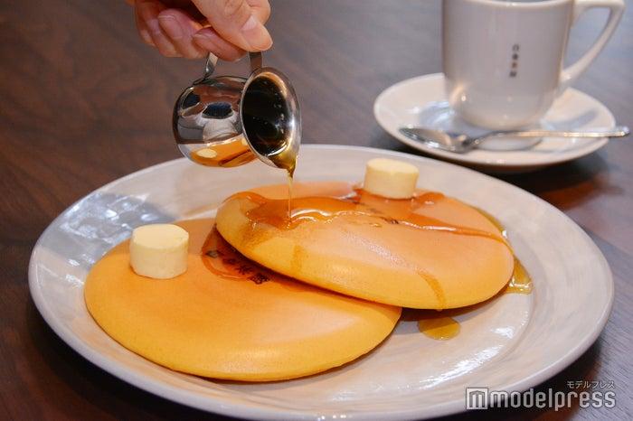 別添えの蜂蜜とメープルシロップの2種をかければ一層美味しく味わえます(C)モデルプレス