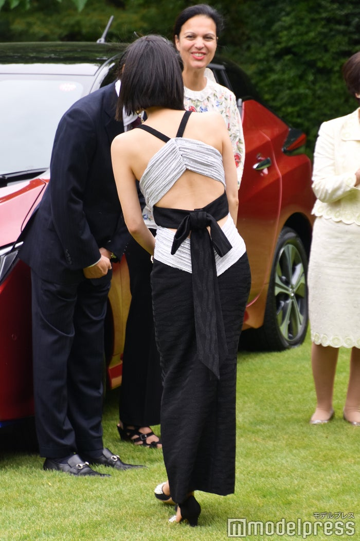 中谷美紀、流暢なフランス語披露 背中大胆ドレスで登場 - モデルプレス
