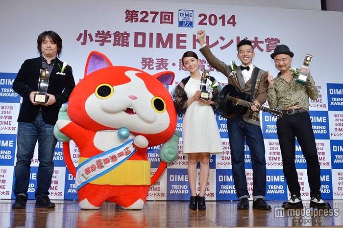 (左から)レベルファイブ・日野晃博社長、ジバニャン、大島優子、森慎太郎、江口直人