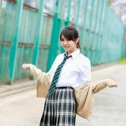 """モデルプレス - 欅坂46小林由依の""""可愛さ&大人っぽさ""""が魅力的 スラリ美脚もあらわ"""