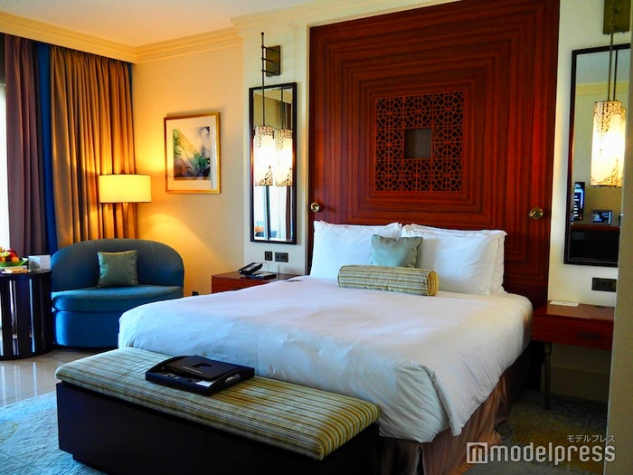ホテル客室のベッドルーム/色合いが中東らしさを感じるお洒落空間(C)モデルプレス