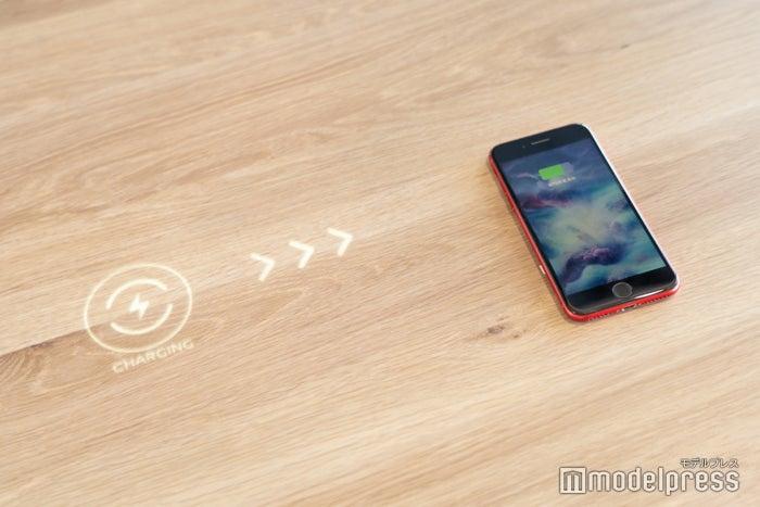 置くだけでスマートフォンを充電(C)モデルプレス