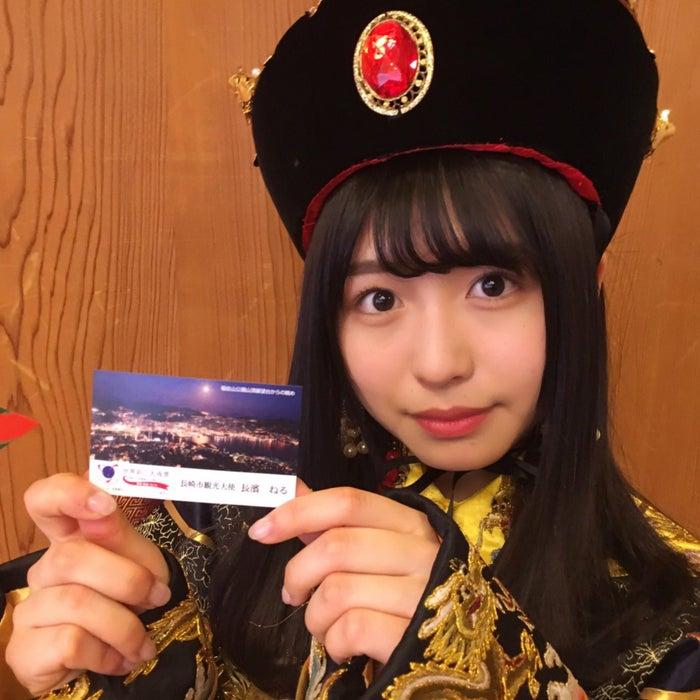 長崎市観光大使の名刺を手にする長濱ねる(提供写真)